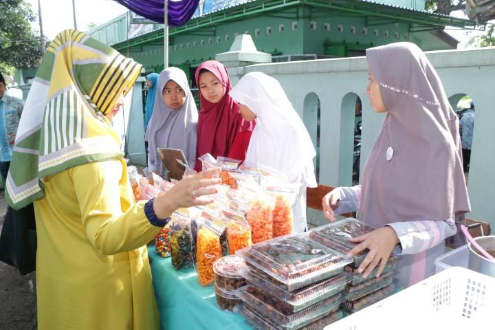 jualan di acara bazar pondok modern assalaam