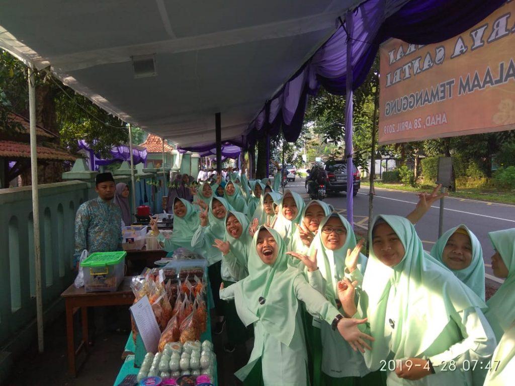 bahagianya santri pondok modern assalaam dalam acara bazar